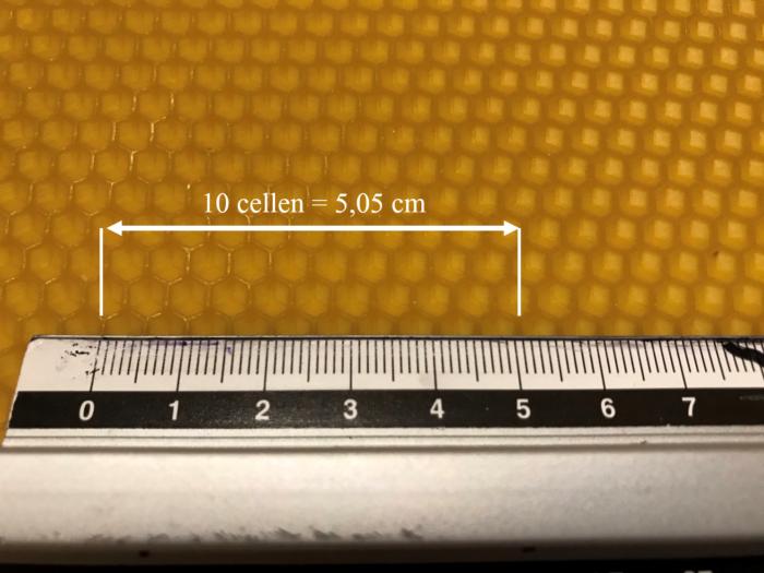 Waswafel met de kleine of kleinere celmaat - in dit geval 5,05 mm - meten per 10 cellen